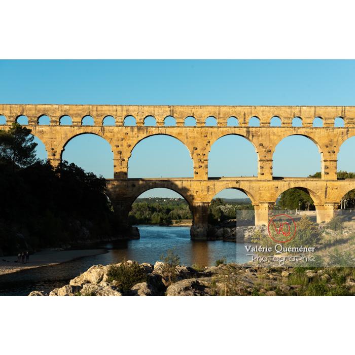 Lumière chaude du soir sur le pont du Gard (MH) dans la vallée du Gardon / Occitanie - Réf : VQFR30-0456 (Q3)