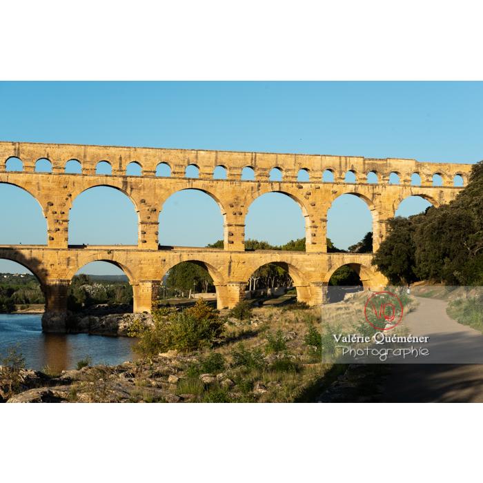 Lumière chaude du soir sur le pont du Gard (MH) dans la vallée du Gardon / Occitanie - Réf : VQFR30-0457 (Q3)