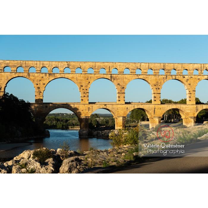 Lumière chaude du soir sur le pont du Gard (MH) dans la vallée du Gardon / Occitanie - Réf : VQFR30-0458 (Q3)
