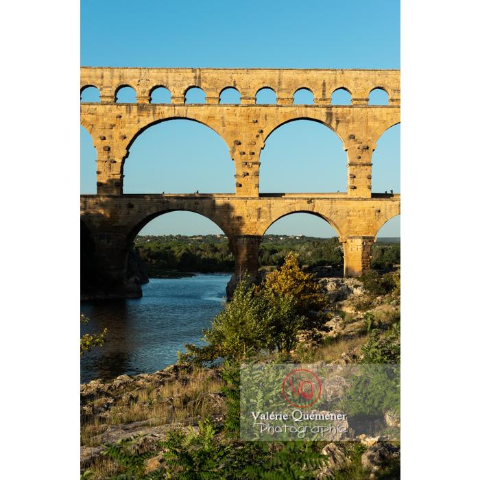 Lumière chaude du soir sur le pont du Gard (MH) dans la vallée du Gardon / Occitanie - Réf : VQFR30-0459 (Q3)