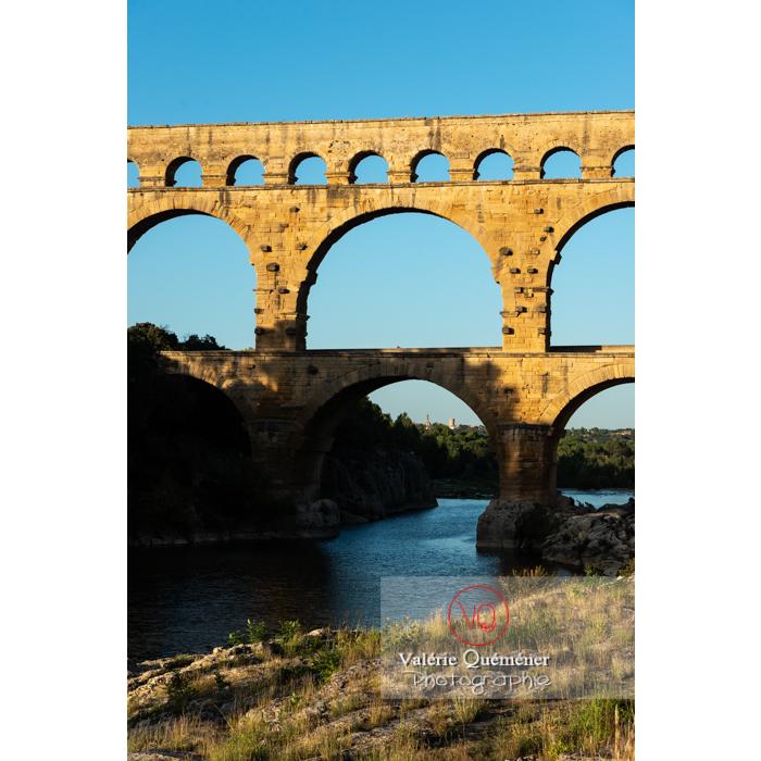Lumière chaude du soir sur le pont du Gard (MH) dans la vallée du Gardon / Occitanie - Réf : VQFR30-0460 (Q3)