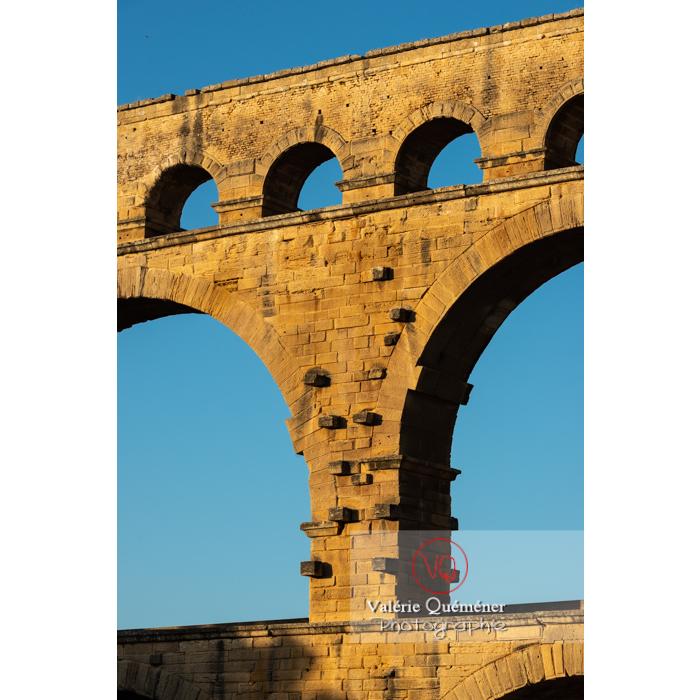 Détail de quelques arches du pont du Gard (MH) au coucher du soleil / Occitanie - Réf : VQFR30-0461 (Q3)