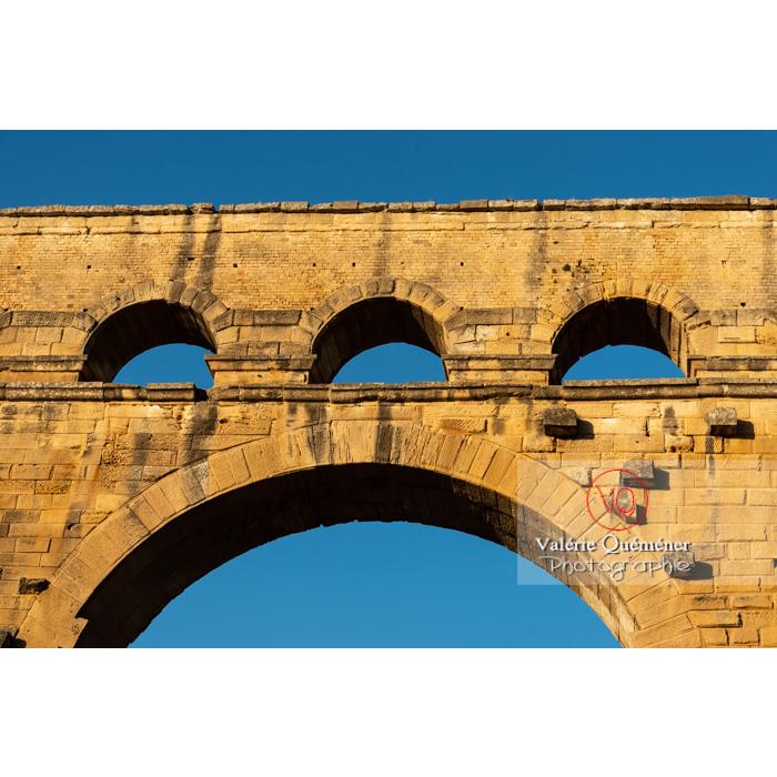 Détail de quelques arches du pont du Gard (MH) au coucher du soleil / Occitanie - Réf : VQFR30-0462 (Q3)