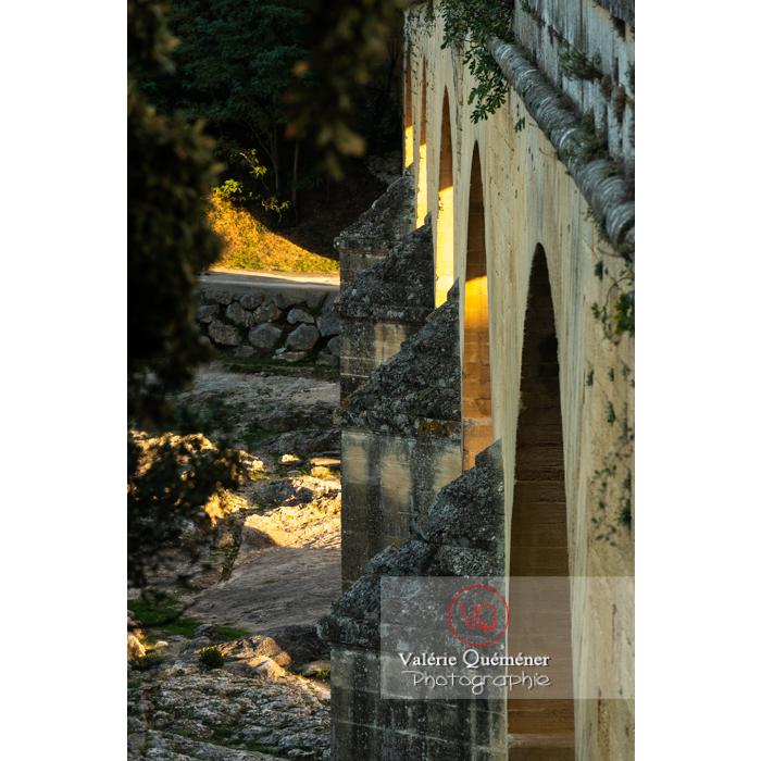 Détail des contreforts du niveau inférieur du pont du Gard (MH) / Occitanie - Réf : VQFR30-0463 (Q3)