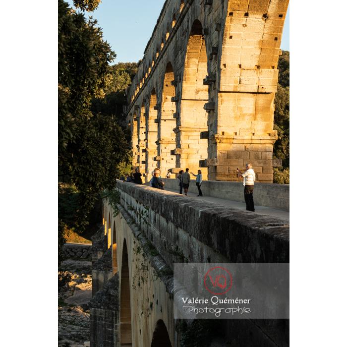 Niveau moyen du pont du Gard (MH) au coucher du soleil / Occitanie - Réf : VQFR30-0464 (Q3)