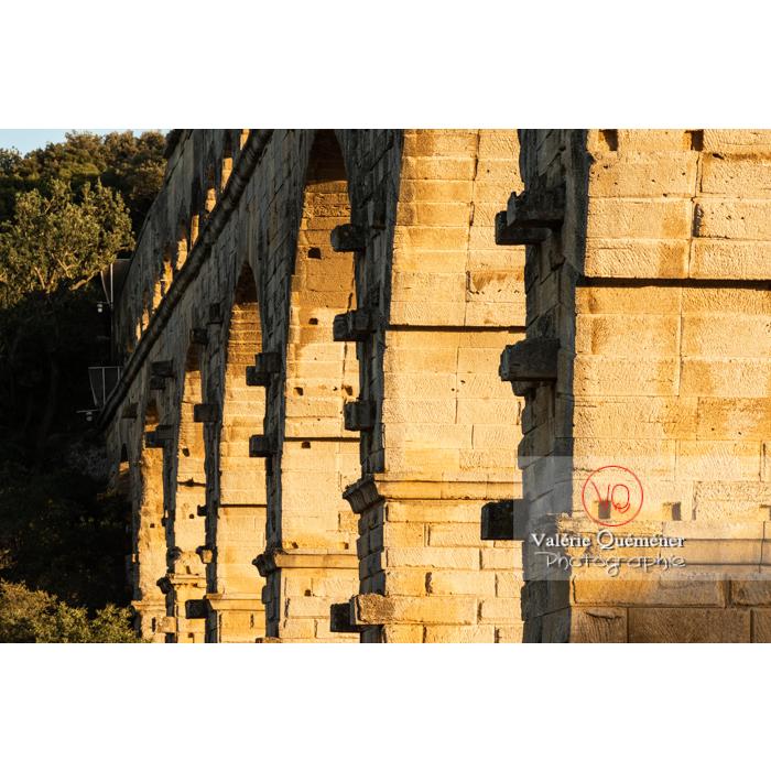 Détail des pierres saillantes du pont du Gard (MH) au coucher du soleil / Occitanie - Réf : VQFR30-0466 (Q3)