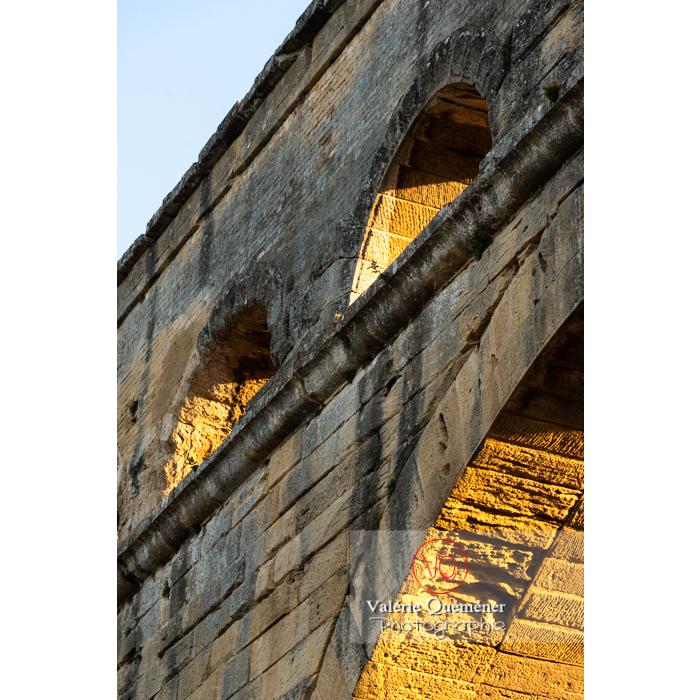 Lumière rasante sur les pierres du pont du Gard (MH) au coucher du soleil / Occitanie - Réf : VQFR30-0468 (Q3)