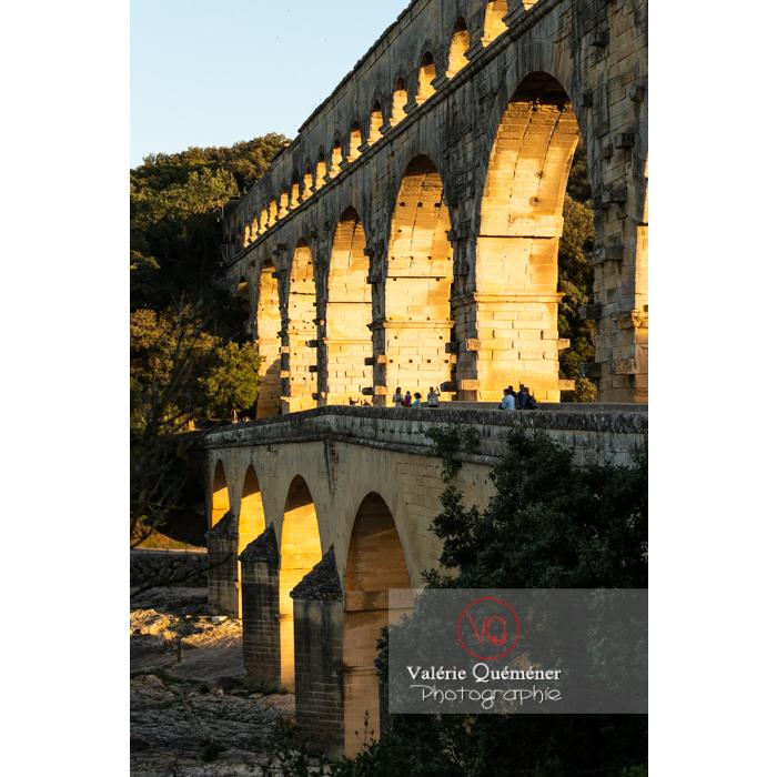 Arches du pont du Gard (MH) dorées par le soleil couchant / Occitanie - Réf : VQFR30-0469 (Q3)