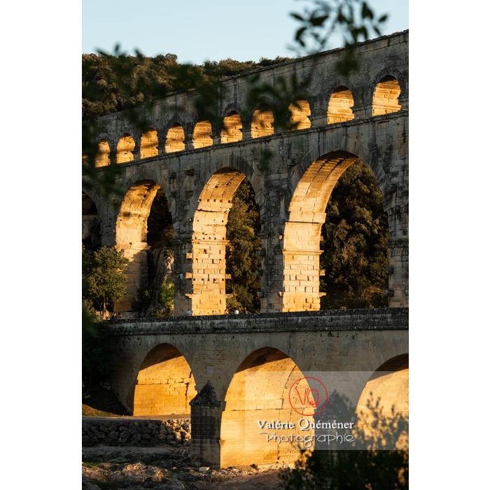 Lumière rasante sur les arches du pont du Gard (MH) au coucher du soleil / Occitanie - Réf : VQFR30-0473 (Q3)