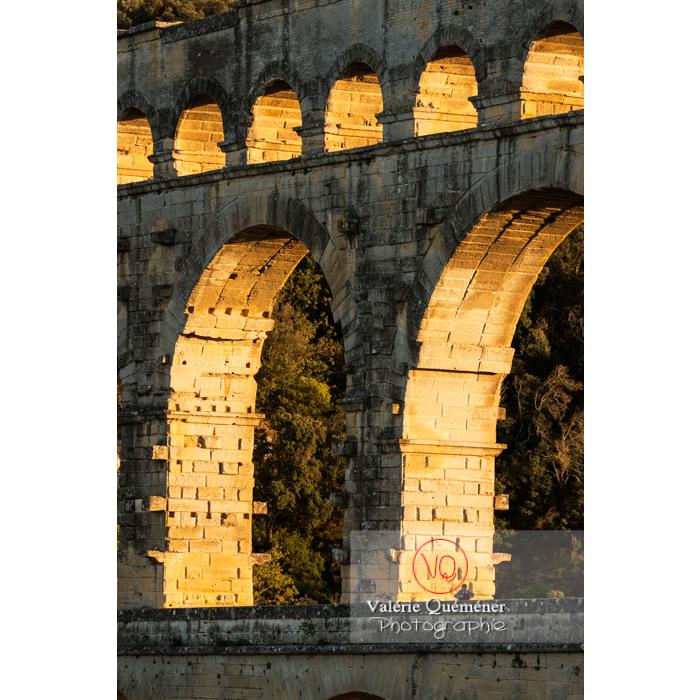 Lumière dorée du soir sur les arches du pont du Gard (MH) / Occitanie - Réf : VQFR30-0474 (Q3)