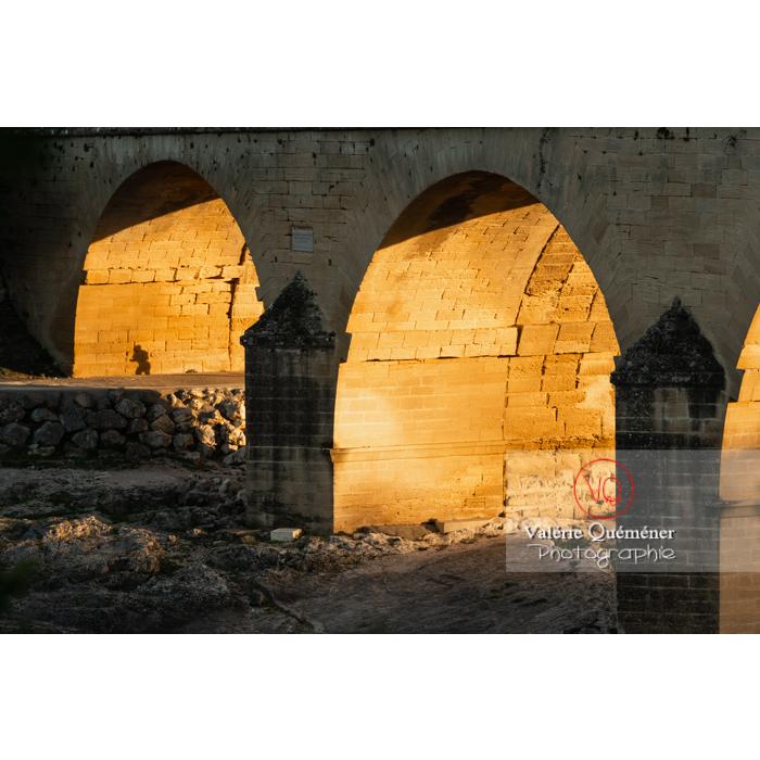 Lumière dorée sur les arches du pont du Gard (MH) / Occitanie - Réf : VQFR30-0475 (Q3)