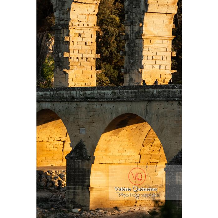 Détail de la lumière dorée du soir sur les arches du pont du Gard (MH) / Occitanie - Réf : VQFR30-0476 (Q3)