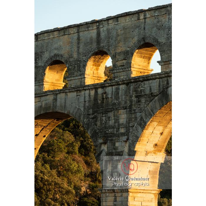 Arches du pont du Gard (MH) au coucher du soleil / Occitanie - Réf : VQFR30-0478 (Q3)