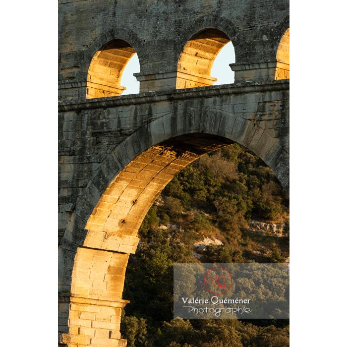 Détail des arches à la lumière rasante du soir du pont du Gard (MH) / Occitanie - Réf : VQFR30-0479 (Q3)