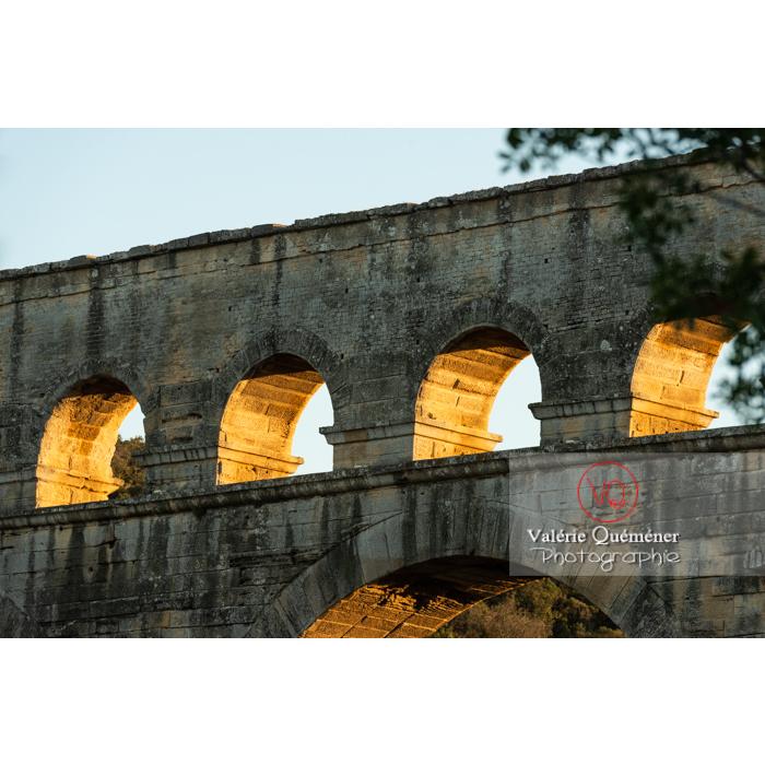 Arches du niveau supérieur du pont du Gard (MH) au coucher du soleil / Occitanie - Réf : VQFR30-0480 (Q3)