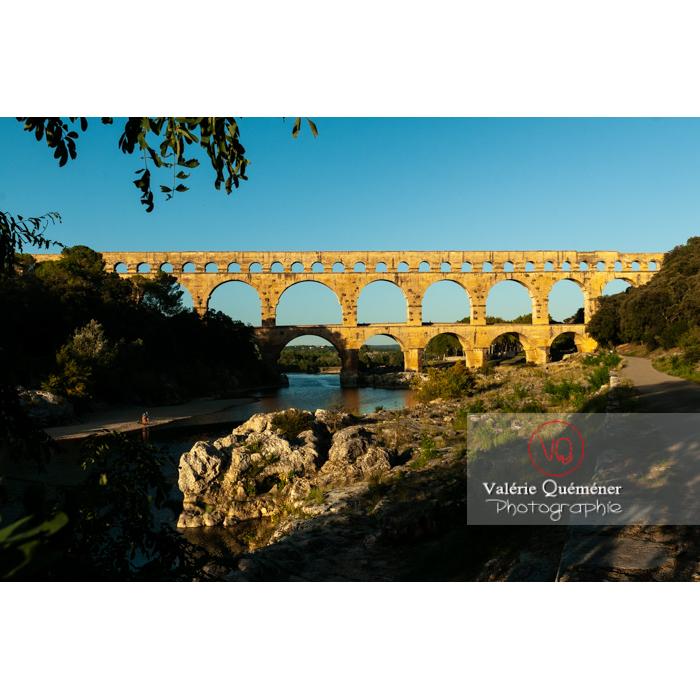 Lumière chaude sur le pont du Gard (MH) au coucher du soleil / Occitanie - Réf : VQFR30-0487 (Q3)