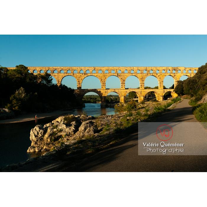 Lumière chaude sur le pont du Gard (MH) au coucher du soleil / Occitanie - Réf : VQFR30-0488 (Q3)