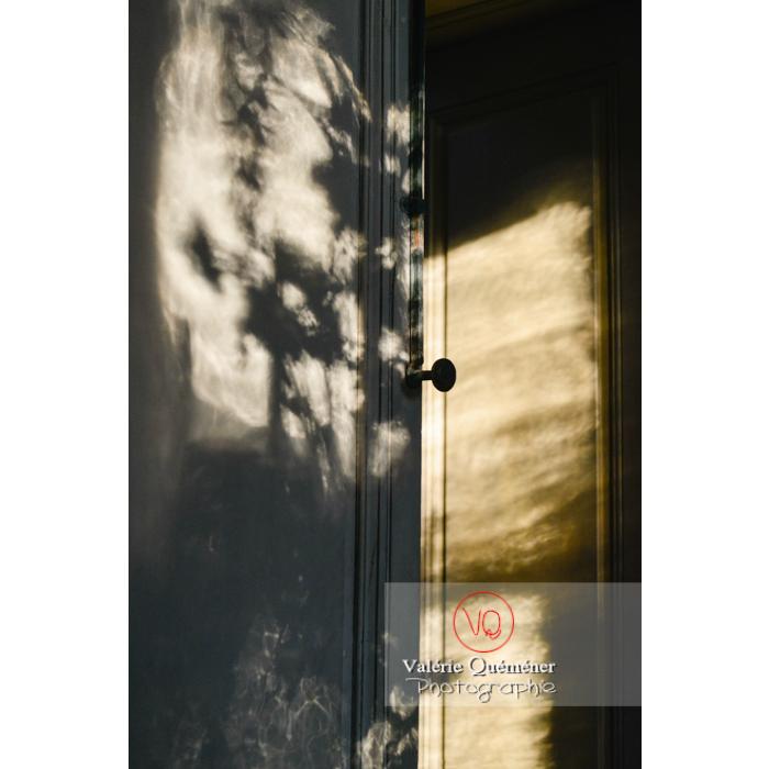 Jeu de lumière dans la maison de George Sand à Nohant-Vic / Indre / Centre-Val-de-Loire - Réf : VQFR36-0011(Q3)