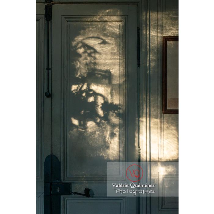 Jeu de lumière dans la maison de George Sand à Nohant-Vic / Indre / France - Réf : VQFR36-0025 (Q3)