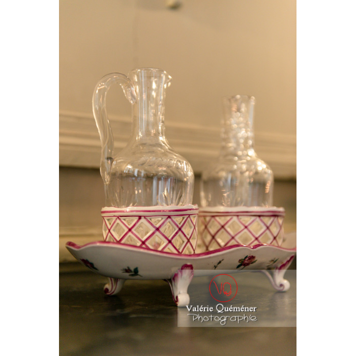 Détail vaisselle dans la maison de George Sand à Nohant-Vic / Indre - Réf : VQFR36-0029 (Q3)