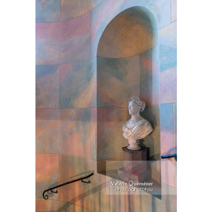 Buste dans le hall de la maison de George Sand à Nohant-Vic / Indre - Réf : VQFR36-0046 (Q3)