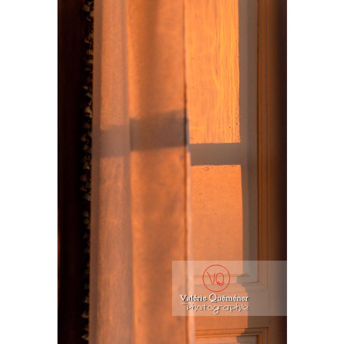 Détail lumière fenêtre dans la maison de George Sand à Nohant-Vic / Indre - Réf : VQFR36-0061 (Q3)