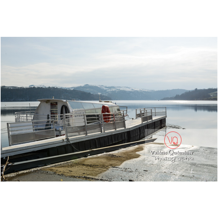 Bateau de tourisme amarré au ponton du lac de Villerest en hiver / Loire / Auvergne-Rhône-Alpes - Réf : VQFR42-0031 (Q3)