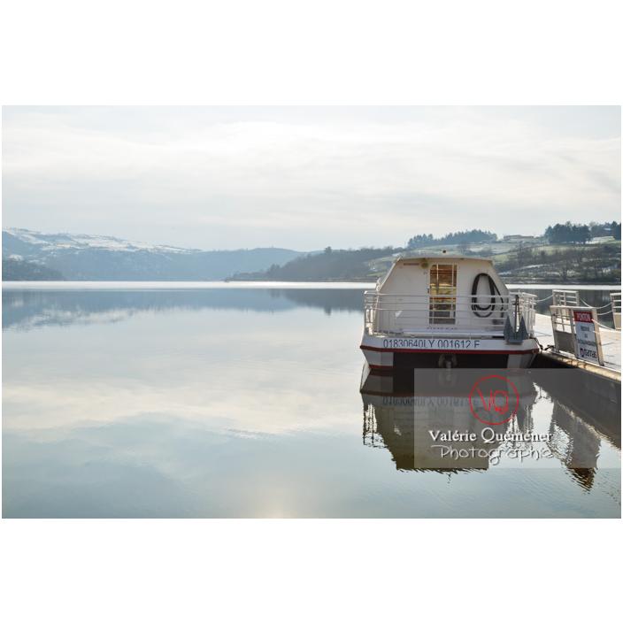Bateau de tourisme amarré au ponton du lac de Villerest en hiver / Loire / Auvergne-Rhône-Alpes - Réf : VQFR42-0033 (Q3)