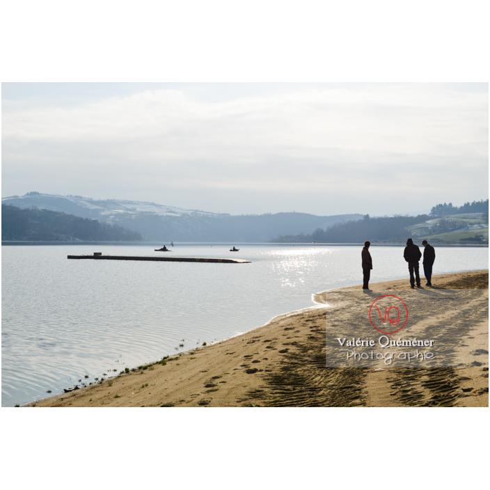Promeneurs sur le bord du lac de Villerest en hiver / Loire / Auvergne-Rhône-Alpes - Réf : VQFR42-0036 (Q3)