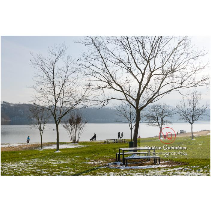 Promeneurs sur les bords du lac de Villerest en hiver / Loire / Auvergne-Rhône-Alpes - Réf : VQFR42-0039 (Q3)