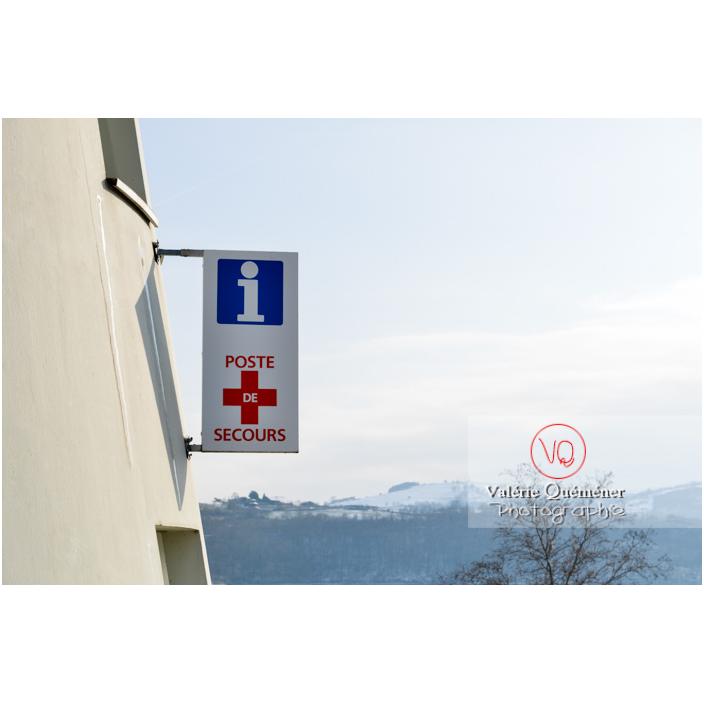 Enseigne de point d'information et poste de secours au lac de Villerest en hiver / Loire / Auvergne-Rhône-Alpes - Réf : VQFR42-0042 (Q3)