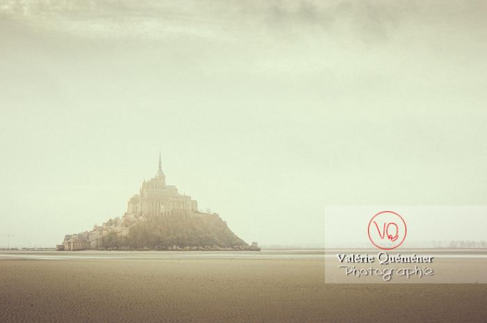 Mont-St-Michel et sa baie à marée basse / Normandie - Réf : VQFR50-0029-TV (Q1)