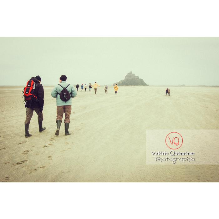 Balade dans la baie du Mont St-Michel à marée basse - Réf : VQFR50-0040-TV (Q1)