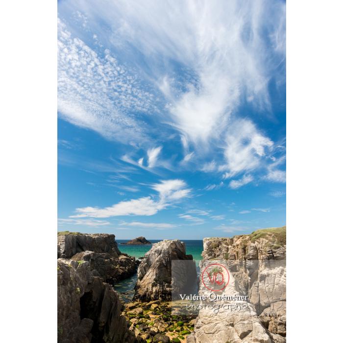 Cirrus sur la côte sauvage sur la presqu'île de Quiberon / Morbihan / Bretagne / France - Réf : VQFR56-0518 (Q3)