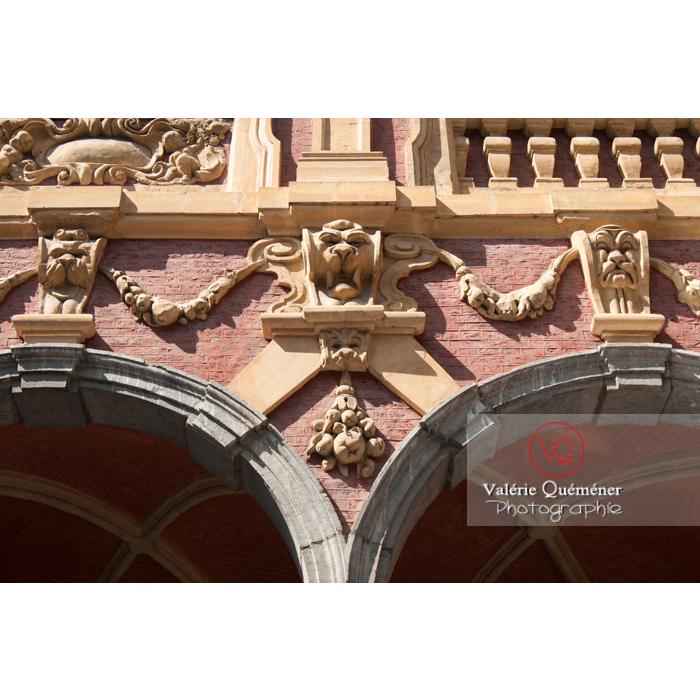 Bas-relief dans la cour intérieure de la vieille bourse à Lille / Nord / Hauts-de-France - Réf : VQFR59-0007 (Q2)