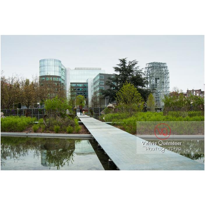 Passerelle sur le bassin dans le jardin des Géants, Lille / Nord (59) / Hauts-de-France - Réf : VQFR59-0017 (Q3)
