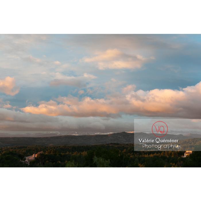 Nuages cachant les hauts sommets du massif du Canigou, Pyrénées-Orientales / Occitanie / France - Réf : VQFR66-0422 (Q2)