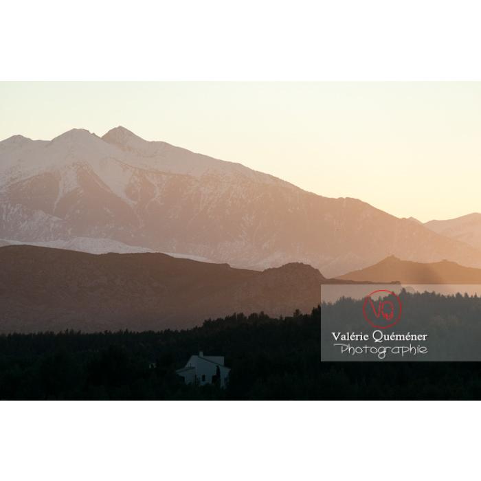 Relief du massif du Canigou à contre-jour au coucher du soleil, Pyrénées-Orientales / Occitanie / France  - Réf : VQFR66-0427 (Q2)
