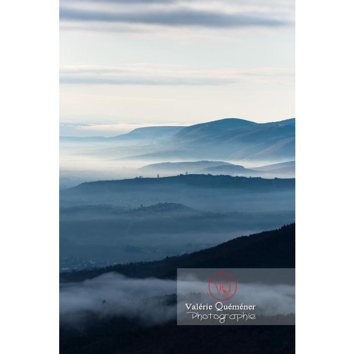 Panorama du massif des Vosges depuis le château du Haut-Koenigsbourg (MH) / Orschwiller / Bas-Rhin / Grand-Est - Réf : VQFR67-0029 (Q3)