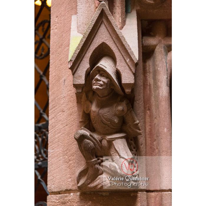 Sculpture d'un personnage en armure sur la tour d'honneur au château du Haut-Koenigsbourg (MH) / Orschwiller / Bas-Rhin / Grand-Est - Réf : VQFR67-0070 (Q3)