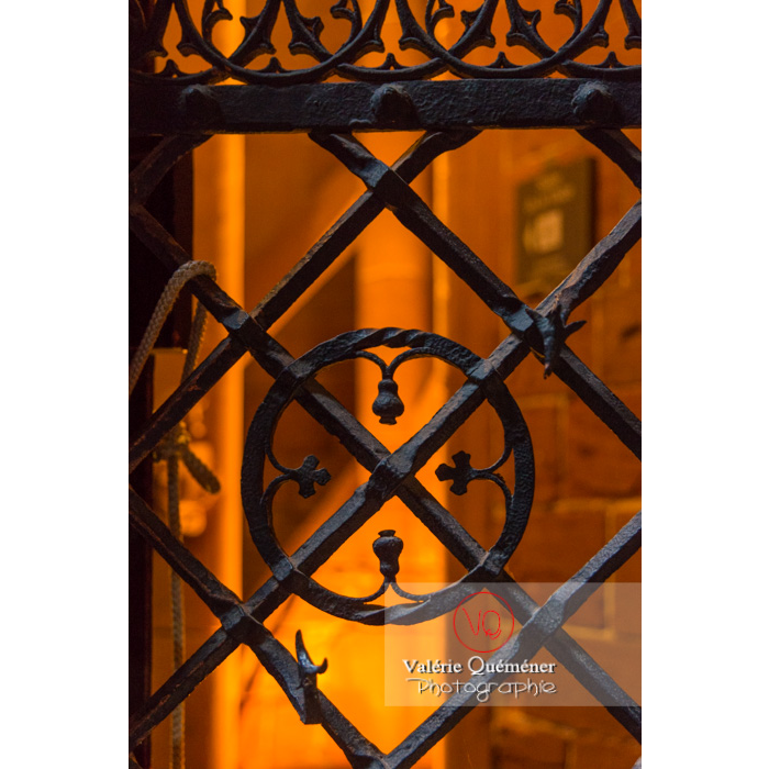 Ferronnerie de la fenêtre de la tour polygonale au château du Haut-Koenigsbourg (MH) / Orschwiller / Bas-Rhin / Grand-Est - Réf : VQFR67-0073 (Q3)