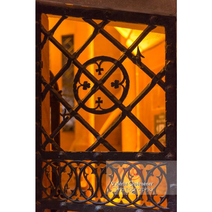 Ferronnerie de la fenêtre de la tour polygonale au château du Haut-Koenigsbourg (MH) / Orschwiller / Bas-Rhin / Grand-Est - Réf : VQFR67-0074 (Q3)