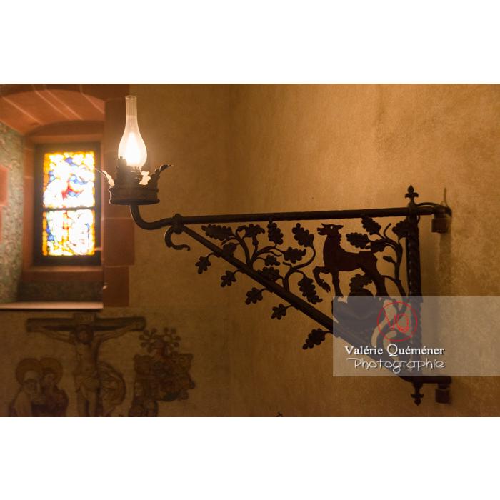 Détail ferronnerie d'un éclairage de la chapelle au château du Haut-Koenigsbourg (MH) / Orschwiller / Bas-Rhin / Grand-Est - Réf : VQFR67-0117 (Q3)