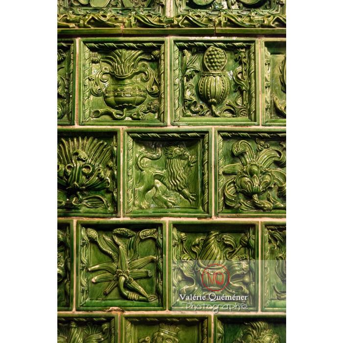 Détail des carreaux de céramique d'un poêle au château du Haut-Koenigsbourg (MH) / Orschwiller / Bas-Rhin / Grand-Est - Réf : VQFR67-0134 (Q3)