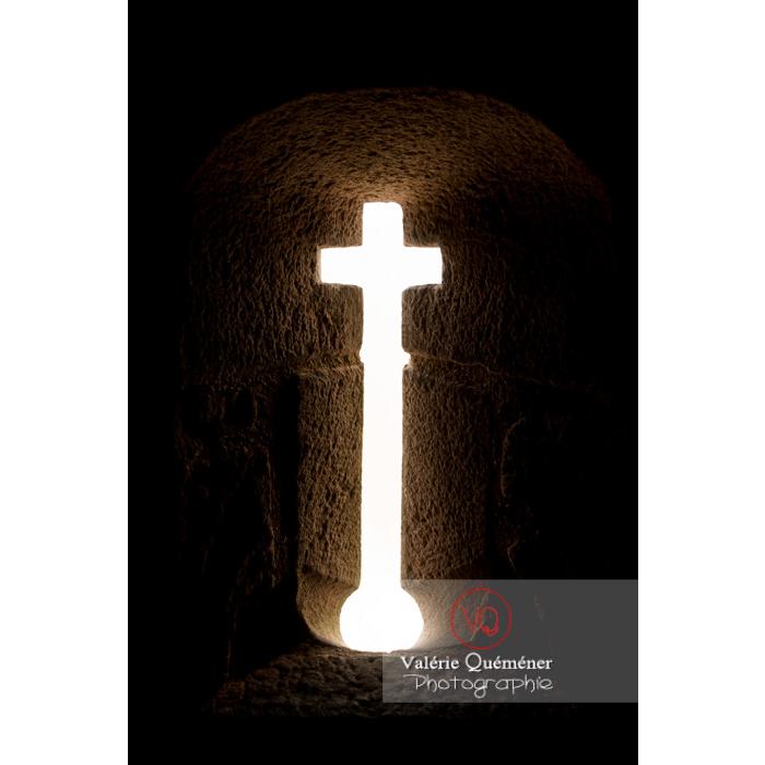 Meurtrière en forme de croix au château du Haut-Koenigsbourg (MH) / Orschwiller / Bas-Rhin / Grand-Est - Réf : VQFR67-0159 (Q3)