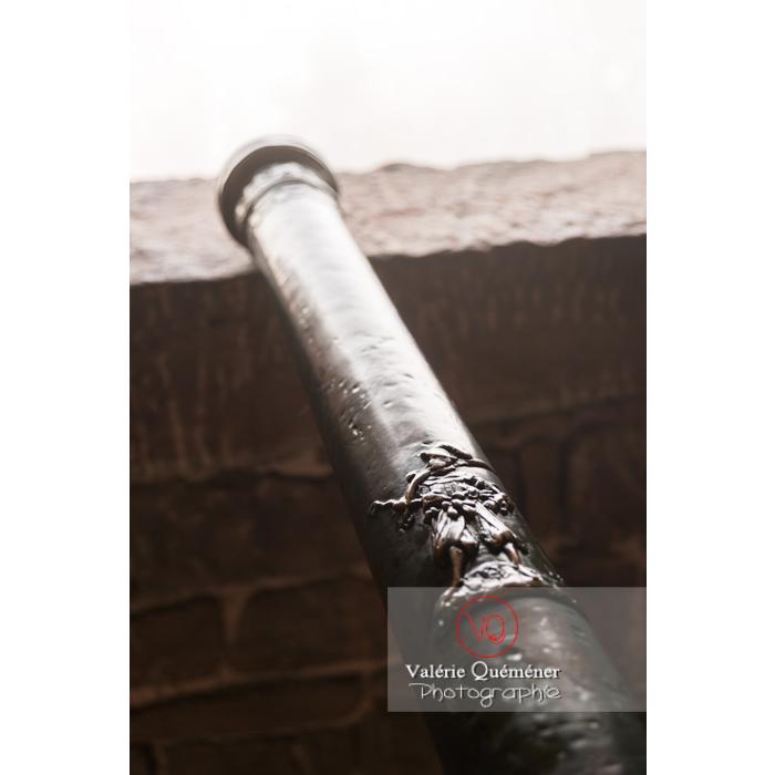 Détail d'une gravure d'un canon au château du Haut-Koenigsbourg (MH) / Orschwiller / Bas-Rhin / Grand-Est - Réf : VQFR67-0169 (Q3)