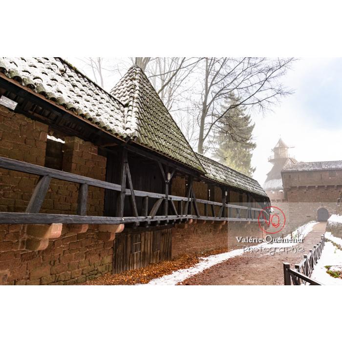 Chemin de ronde couvert du château du Haut-Koenigsbourg (MH) dans la brume / Orschwiller / Bas-Rhin / Grand-Est - Réf : VQFR67-0194