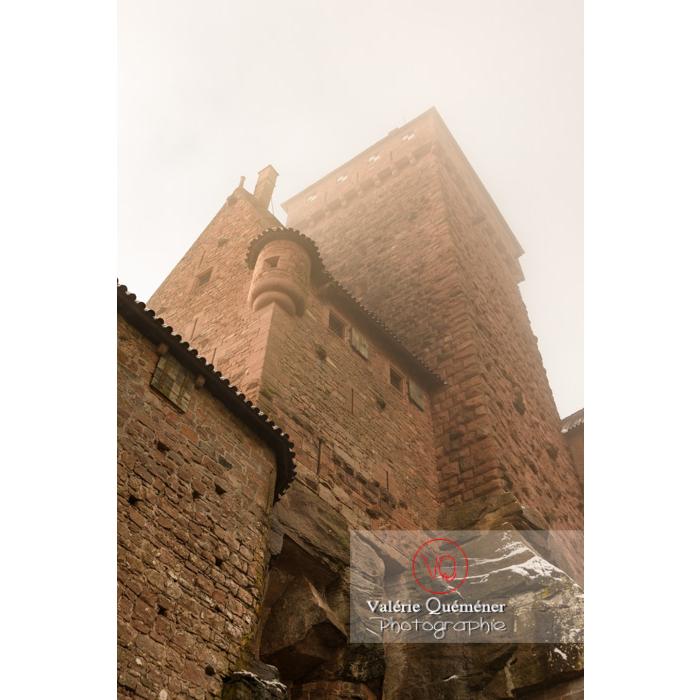 Donjon du château du Haut-Koenigsbourg (MH) en contre-plongée dans la brume / Orschwiller / Bas-Rhin / Grand-Est - Réf : VQFR67-0198 (Q3)