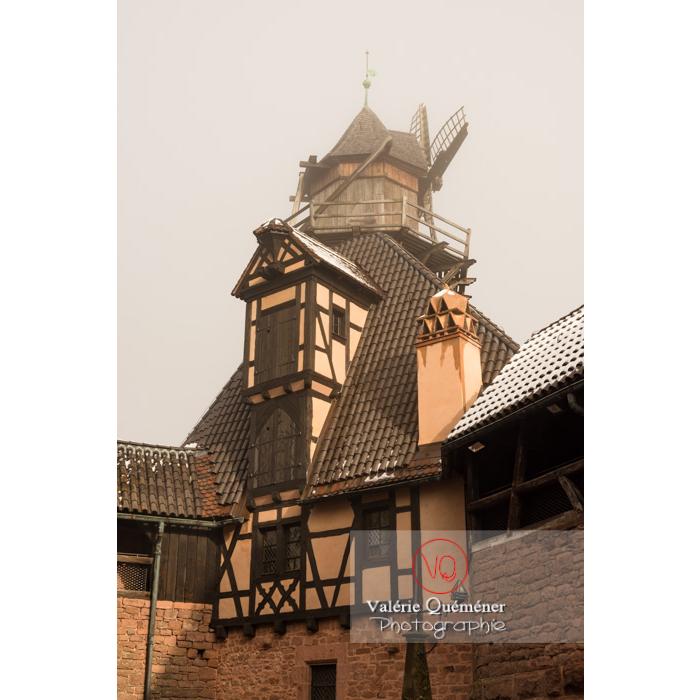 Moulin à vent dans la brume au château du Haut-Koenigsbourg (MH) / Orschwiller / Bas-Rhin / Grand-Est - Réf : VQFR67-0200 (Q3)