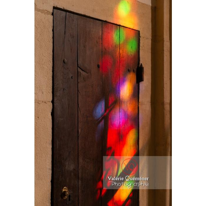 Projection des couleurs d'un vitrail de l'église du Sacré-Coeur de Charolles / Saône-et-Loire / Bourgogne-Franche-Comté - Réf :  VQFR71-0250 (Q3)